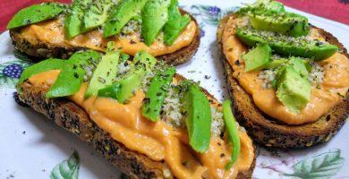 Tosta vegana de salmorejo, aguacate y semillas de cañamo
