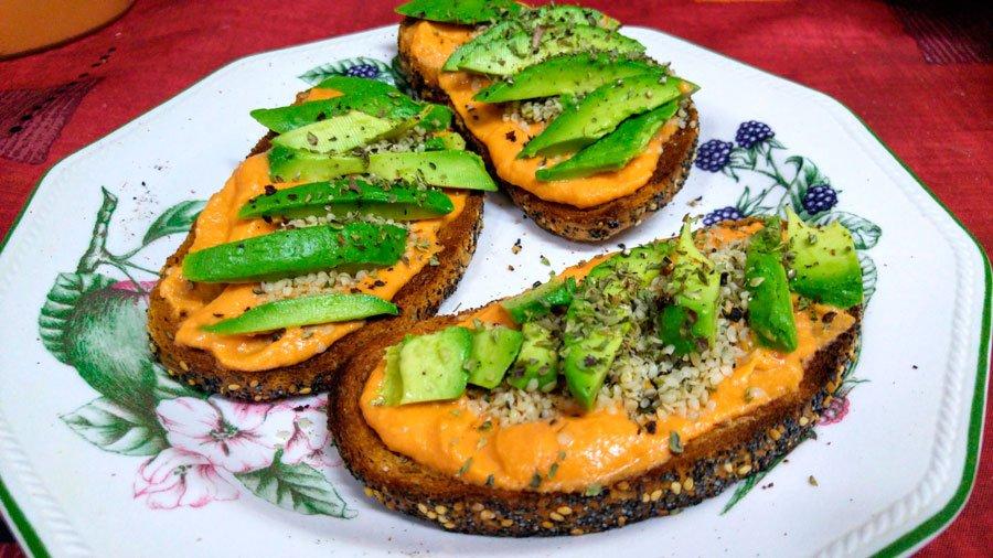 Tostada de salmorejo vegana
