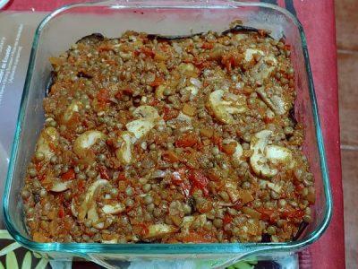Musaka vegetariana de berenjenas, lentejas y bechamel de papas