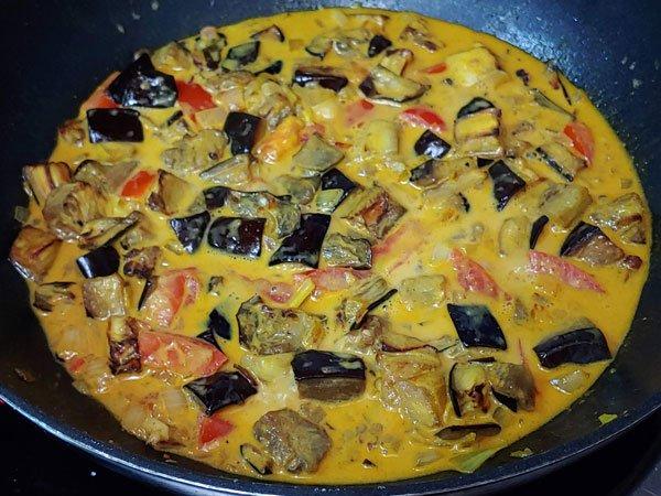 Berenjenas asadas con curry de verduras