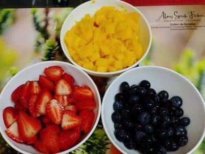 Ensalada de arándanos y fresas con quinoa y mango