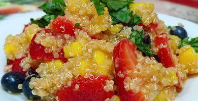 Ensalada de quinoa y arándanos con fresas y mango