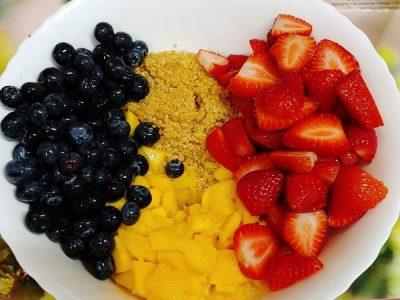 Receta de ensalada de quinoa y fresas con mango y arándanos