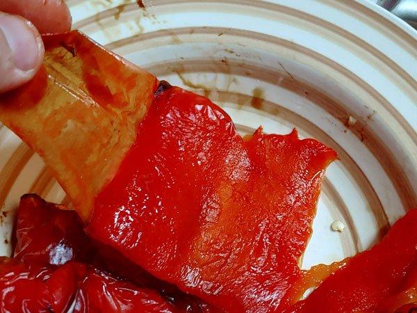 Tipo de humus con pimiento asado y garbanzos cocidos