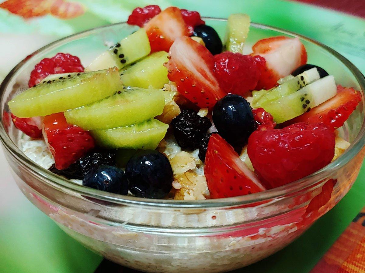 Receta vegana de quinoa con yogurt de coco, nueces y frutas