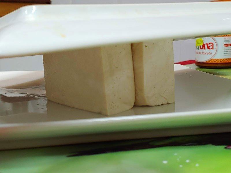 Prensar tofu para salsa a la naranja china