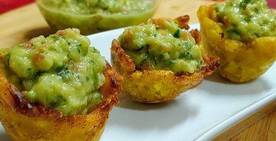 Cestitas de plátano macho verde frito rellenas de guacamole