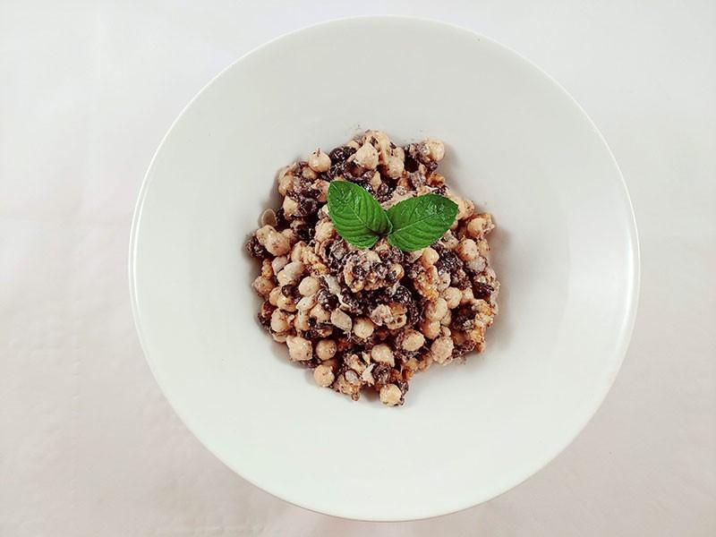 Tahini con garbanzos veganos en ensalada