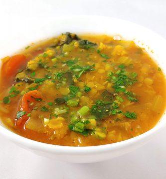 Sopa de lentejas rojas y verduras